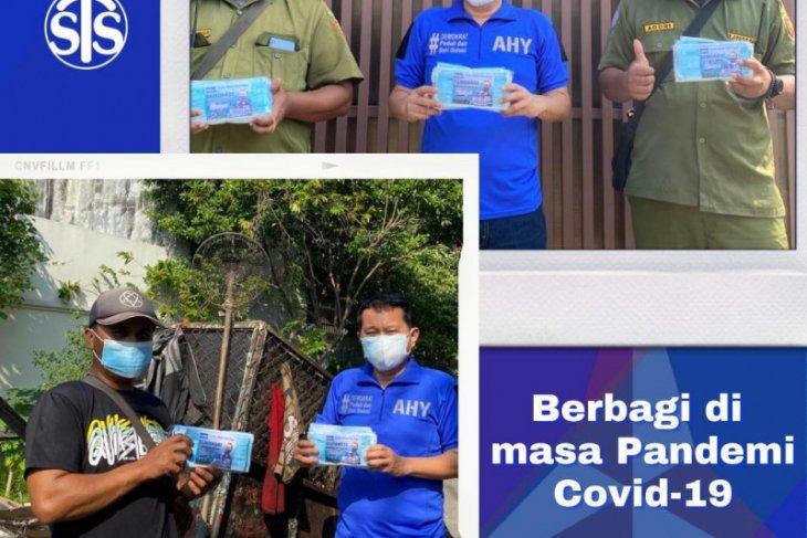 Ketua DPD Demokrat DKI bagikan masker pada Linmas dan pengangkut sampah