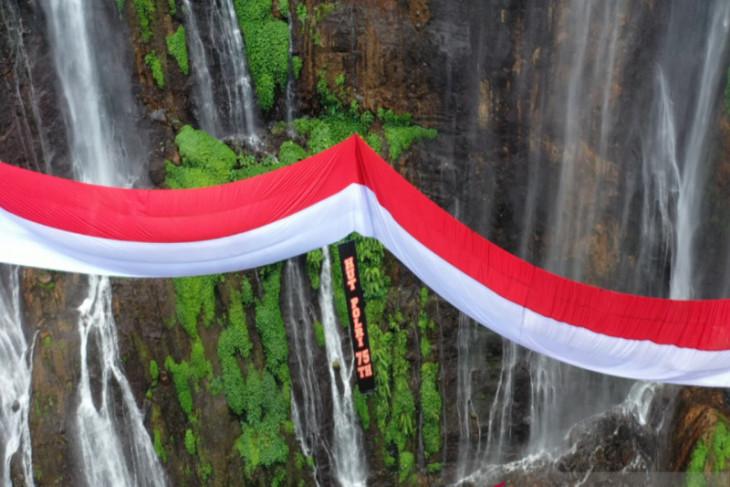 Hari Bhayangkara, Polres Lumajang kibarkan bendera raksasa di Air Terjun Tumpak Sewu