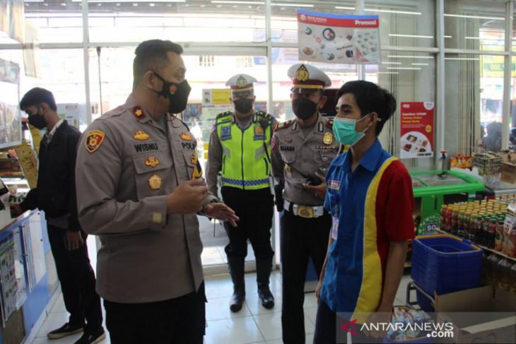 Petugas gabungan sosialisasikan aturan PPKM darurat kepada warga Kota Sukabumi