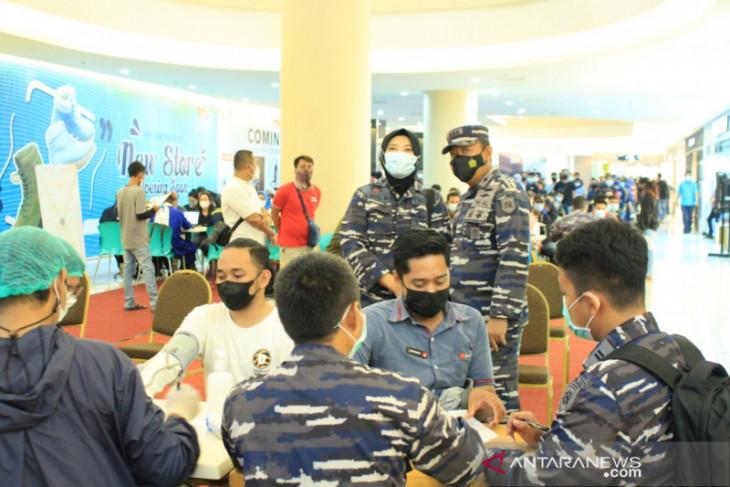 TNI inoculates 1,000 visitors of Duta Mall Banjarmasin