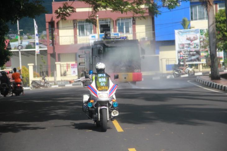 Polda Malut lakukan penyemprotan disinfektan di area publik intensifkan penanggulangan
