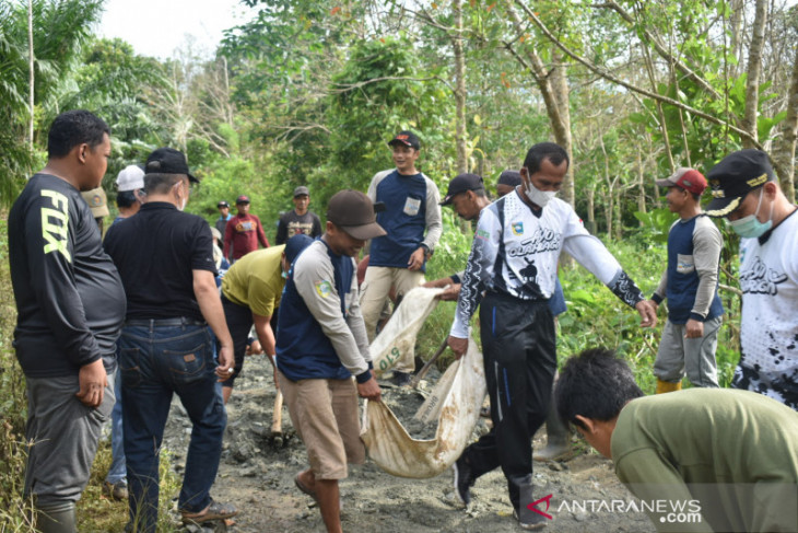 Bupati-wabup kembali ikut gotong royong perbaiki jalan Desa Tanjung