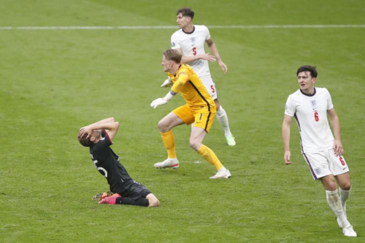 Mourinho minta pelatih Inggris tak tergoda pasang formasi tiga bek