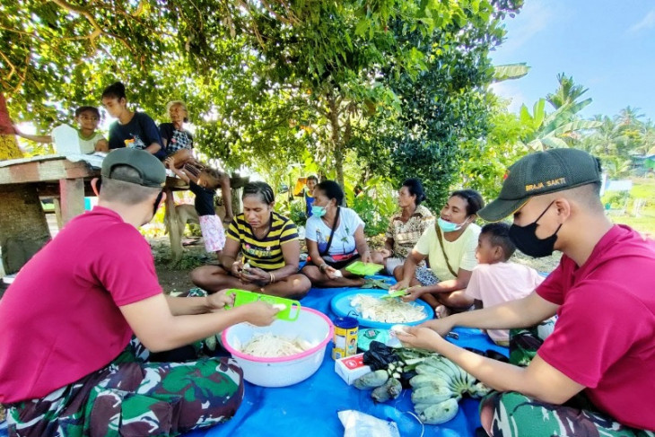 Satgas TNI latih  warga di perbatasan RI-PNG buat keripik pisang