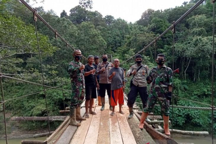 Kapolsek Bintang Ara pimpin perbaikan jembatan gantung Sekuyah yang rusak