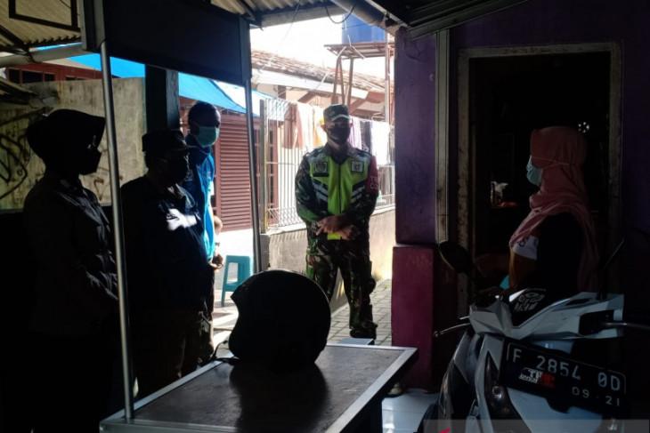 Petugas datangi pasien isolasi mandiri
