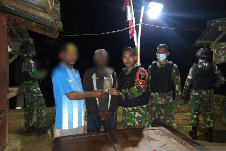Warga perbatasan RI-PNG serahkan ganja ke Satgas TNI