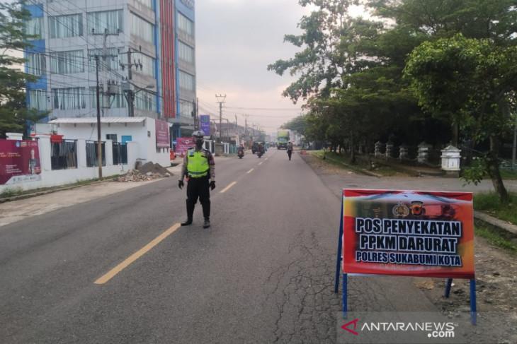Petugas gabungan lakukan penyekatan mobilitas warga di daerah perbatasan Sukabumi