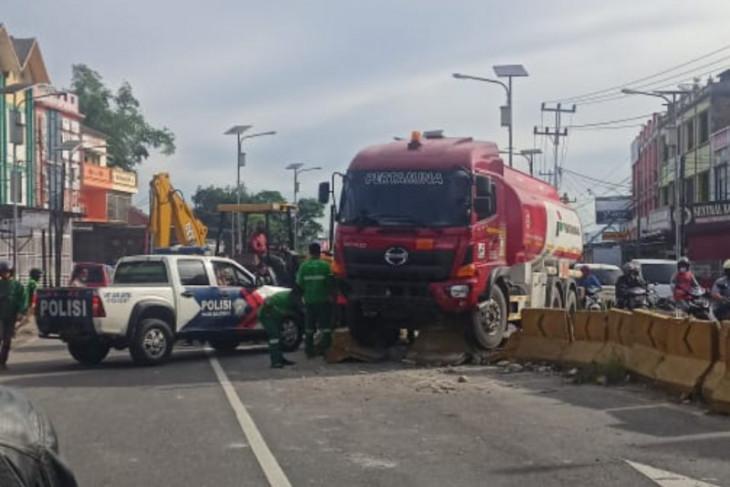 Truk tangki Pertamina slip dan tabrak pembatas jalan