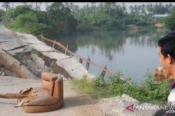 Jalan desa di Tanjung Burung Kabupaten  Tangerang amblas lagi