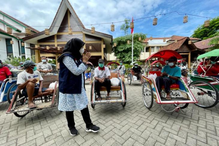 Bupati Banyuwangi bagikan sembako kepada warga terdampak PPKM darurat