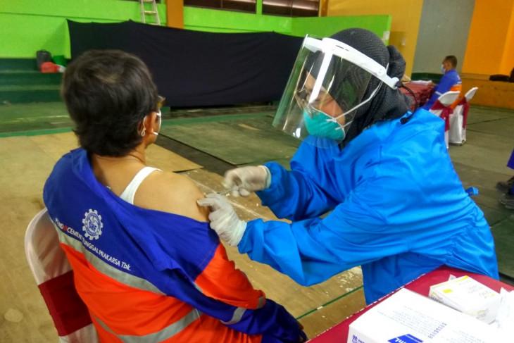 Karyawan Indocement ikuti program vaksinasi gotong royong.