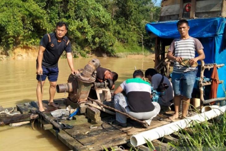 Polres Dharmasraya, Sumbar tangkap empat pelaku penambangan emas ilegal