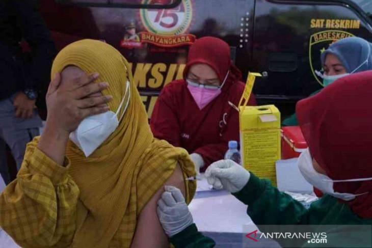 Polres Bekasi gelar vaksinasi keliling bagi warga di permukiman padat
