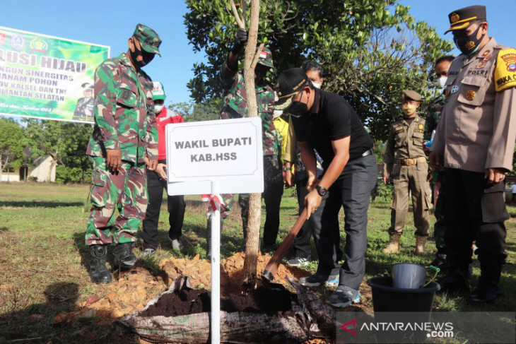 Revolusi hijau sinergitas Pemkab HSS dan TNI tanam seribu pohon