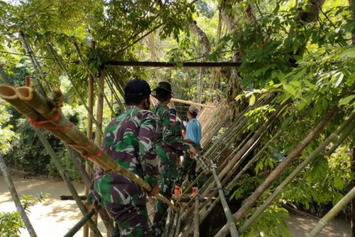 Satgas Pamtas bersama warga perbatasan perbaiki jembatan gantung