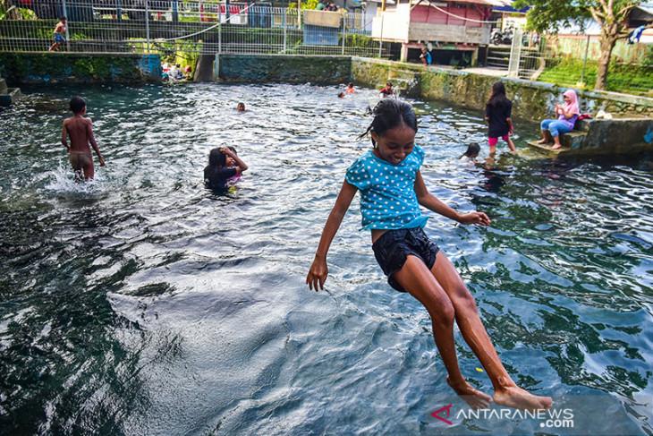 FOTO - Melihat Kehidupan Warga Tulehu, Maluku Tengah, Memanfaatkan Sumber Air yang Melimpah