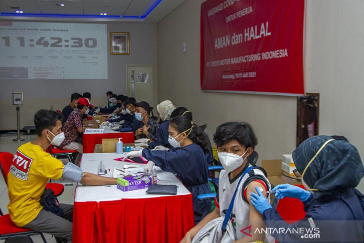 Vaksinasi gotong royong di Karawang