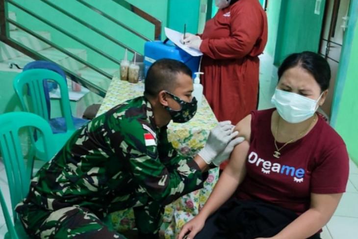Satgas Pamtas bantu sukseskan vaksinasi di perbatasan Kalbar - Sarawak