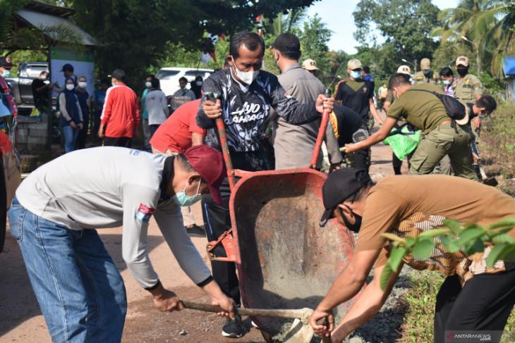 Bupati bersama warga Desa Kintap gotong royong perbaiki jalan