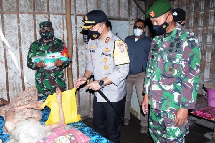 Polres Situbondo bagikan paket sembako warga terdampak PPKM darurat