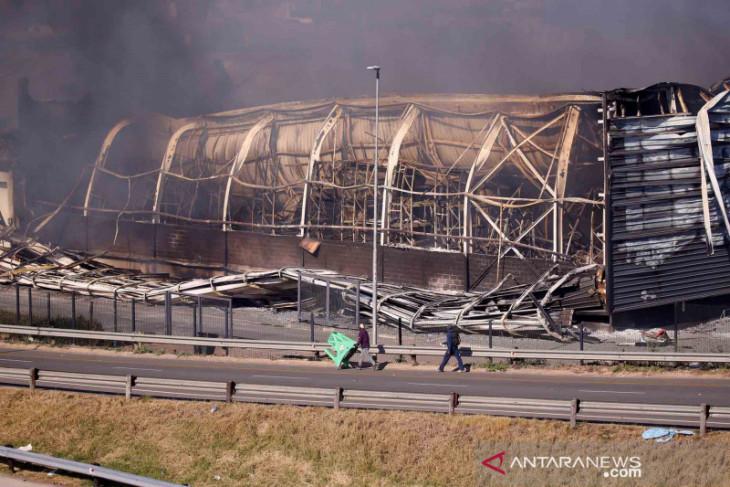 Gedung terbakar di Afrika Selatan, ibu lempar bayi ke tempat aman