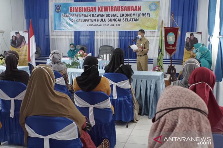 Bimbingan kewirausahaan HSS untuk perempuan rawan sosial ekonomi
