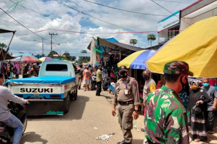 Petugas gabungan gelar operasi yustisi di Pasar Muara Uya