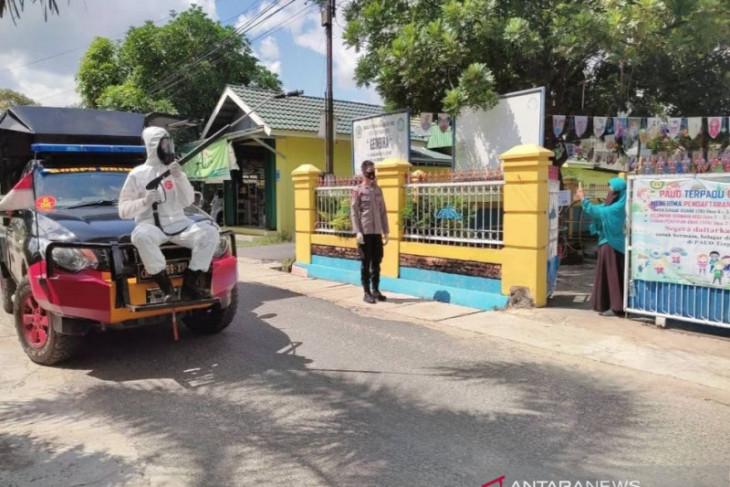 Cegah virus corona, Babinsa lakukan penyemprotan fasilitas umum di Simeulue