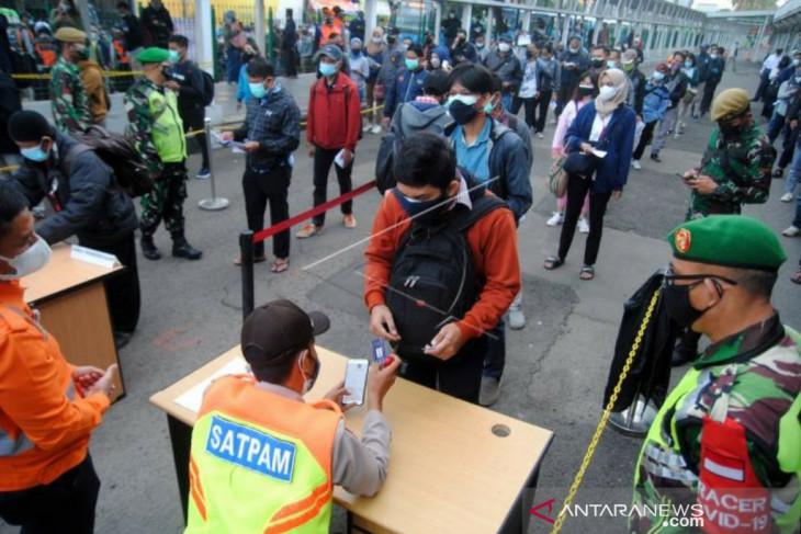 Hari pertama diberlakukan syarat STRP, pengguna KRL antri di Stasiun Bogor