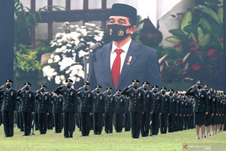 Presiden Jokowi  lantik 700 perwira TNI dan Polri