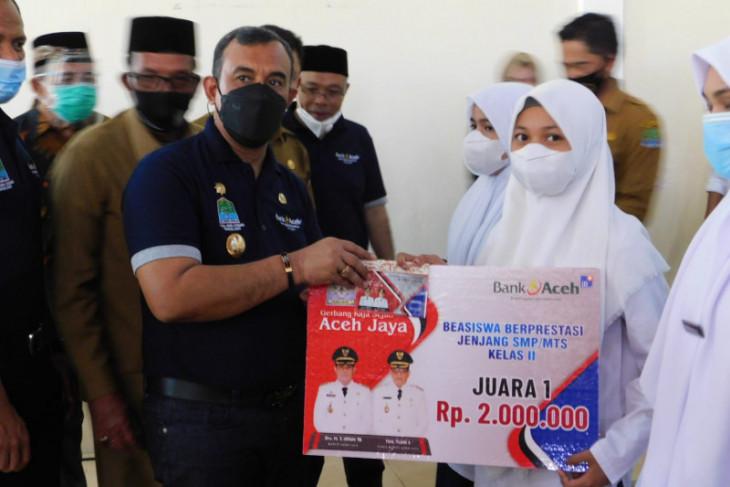 Pemkab Aceh Jaya salurkan beasiswa untuk 16.300 siswa