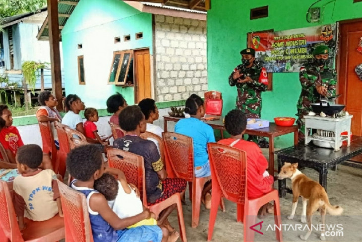 Satgas TNI ajarkan warga di perbatasan membuat keripik pisang