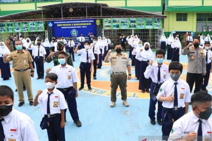 Pembukaan sekolah di Banjarmasin di tengah lonjakan kasus COVID-19 pada anak