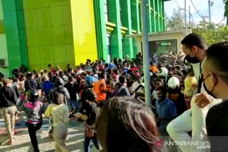 Petugas bubarkan ribuan warga serbu Poltekkes untuk dapatkan vaksin