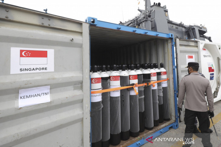 Indonesia receives vaccines, oxygen cylinders from UAE, Singapore