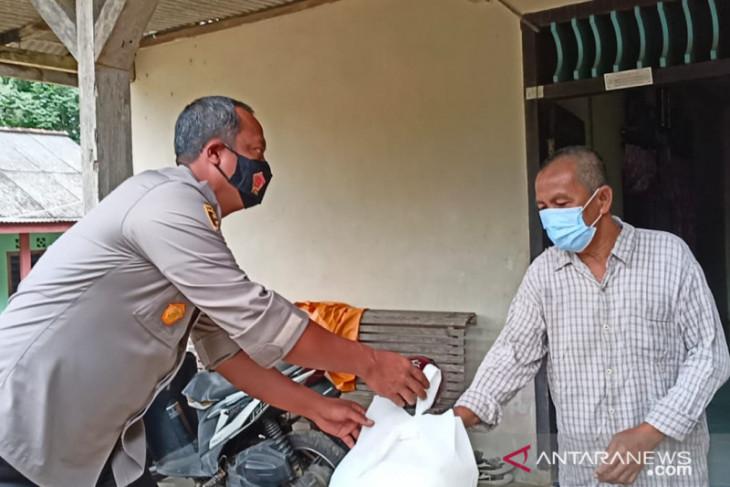Polisi Bangka Barat menyalurkan bantuan sembako warga terdampak pandemi