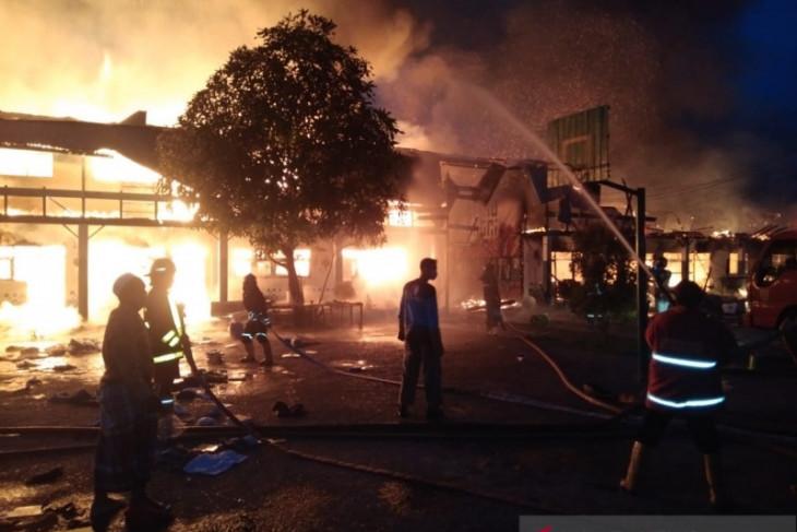 Ponpes Al Falah Putera terbakar hebat, asrama hingga ruang kelas ludes dilalap api
