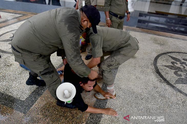 FOTO - Detik-detik saat demo kritisi PPKM Mikro di Ambon dibubarkan aparat karena tidak ada izin