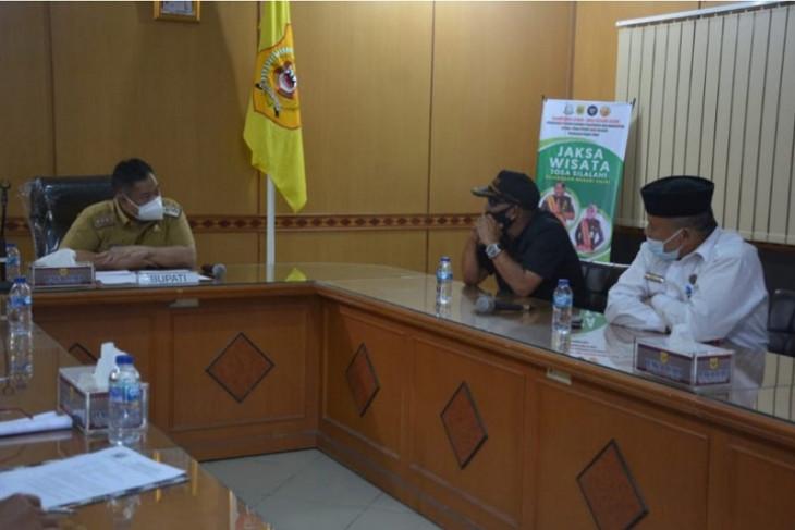 Terima audiensi panitia pembangunan, Bupati Dairi dukung renovasi Mesjid Agung Sidikalang