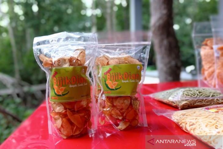 Puluhan ibu rumah tangga olah biji durian jadi keripik