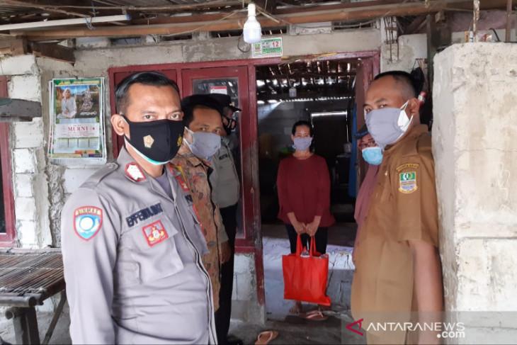 Polisi bagikan sembako untuk warga isoman COVID-19 di Bekasi