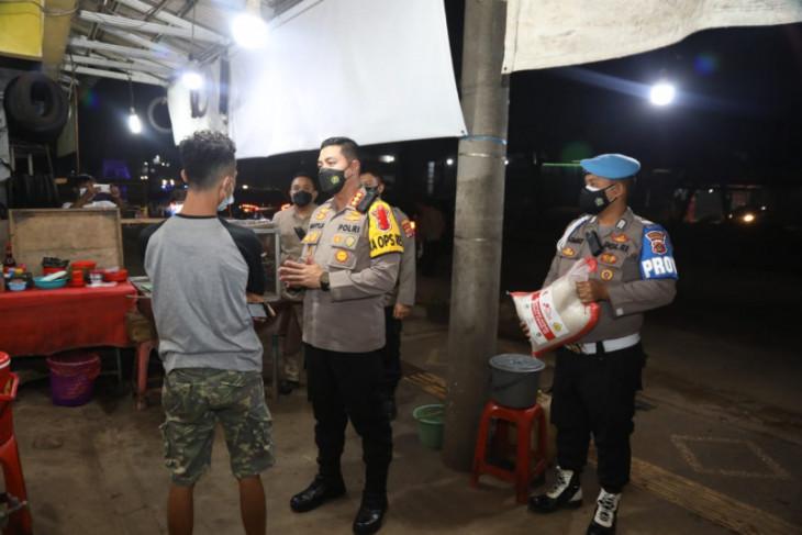 Polisi salurkan bantuan beras kepada pedagang kaki lima di Tangerang