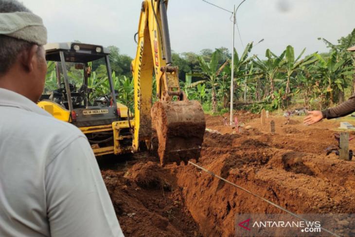 Penggalian lubang makam di Kota Bogor gunakan alat berat