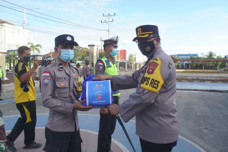 TNI-Polri gencar bantuan warga terdampak PPKM di Kapuas Hulu