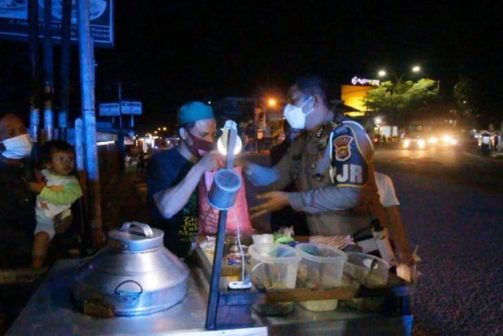 Ditlantas Polda Jambi sambangi pedagang bagikan sembako