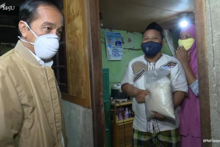 Presiden Jokowi bagikan paket obat dan sembako  ke warga Jakarta Utara