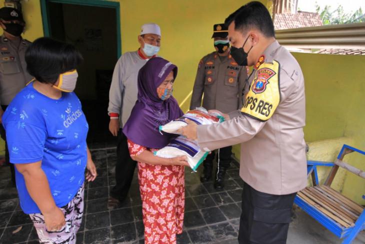 Polres Madiun  salurkan 1,5 ton beras bagi warga terdampak COVID-19