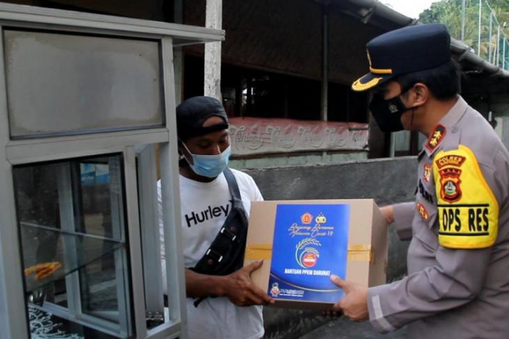 Polisi di Bali bagikan ratusan paket sembako saat PPKM Darurat