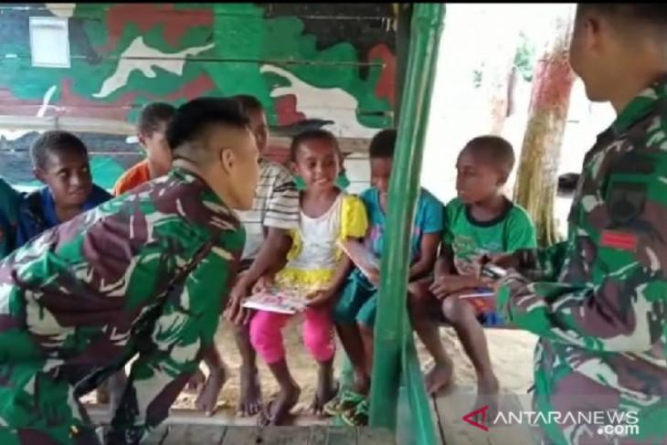 Satgas TNI beri perlengkapan sekolah anak di Pegunungan Bintang perbatasan Papua Nugini
